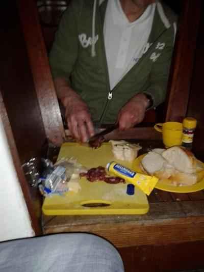 Domača salama, naluknjan sir ter sveži kruh