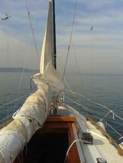 Glavno jadro v pripravi na veter