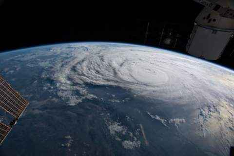 Tropski ciklon pogled iz vesolja